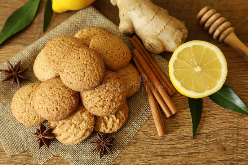 Biscuits de pain d'épice avec du miel, le citron, le cardamome et la cannelle image libre de droits
