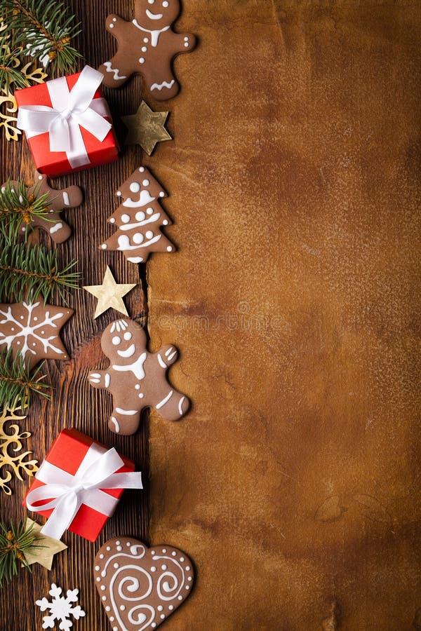 Biscuits de pain d'épice, boîte-cadeau, étoiles et flocons de neige et arbre impeccable sur le fond en bois et de papier photographie stock
