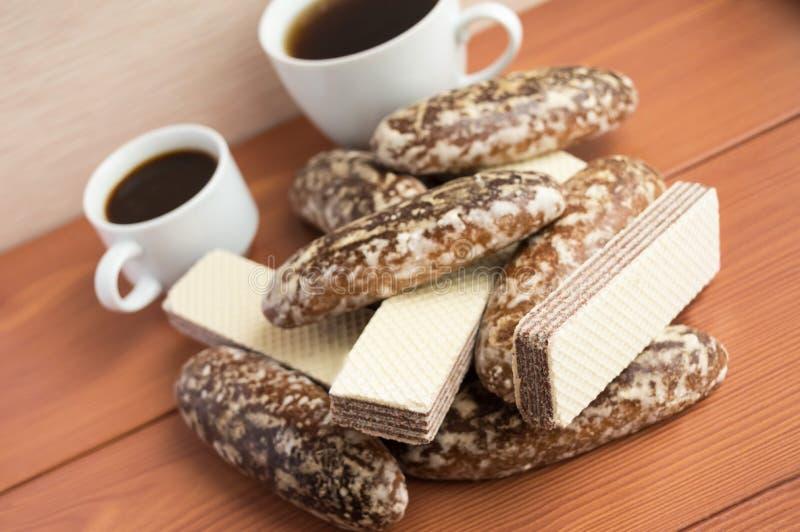 Biscuits de pain d'épice dans le lustre, gaufrettes de chocolat image libre de droits