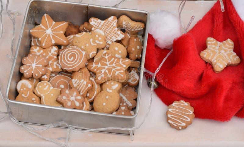 Biscuits de pain d'épice dans une boîte avec la hutte du ` s de Santa image libre de droits