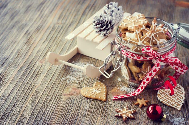 Biscuits de pain d'épice de Noël, décoration rustique de fête de table photographie stock libre de droits