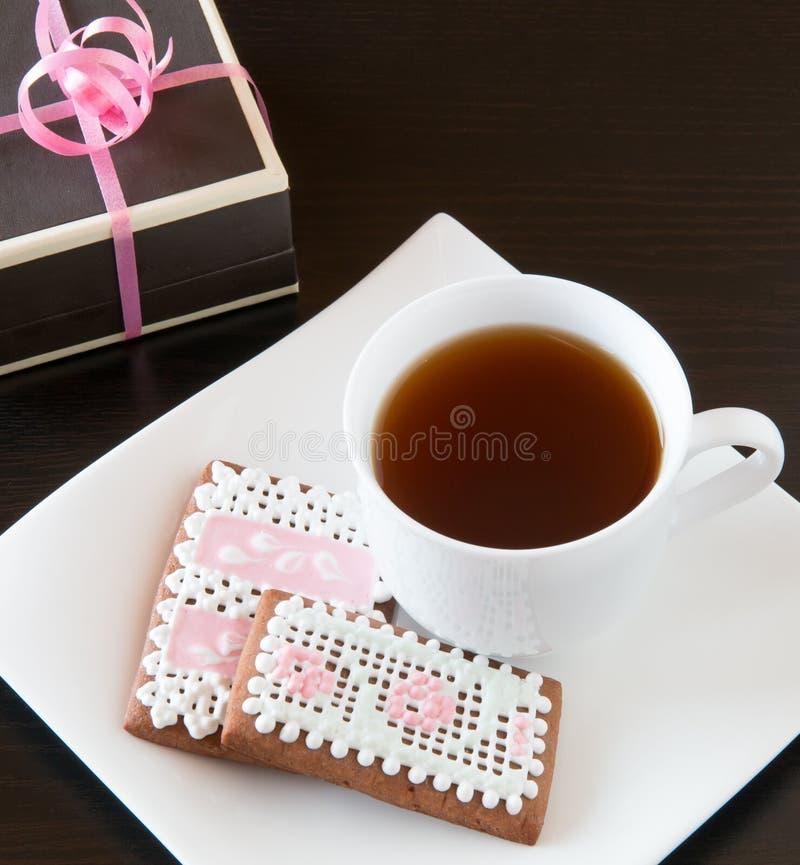 Biscuits de pain d'épice et tasse faits maison de thé. photographie stock
