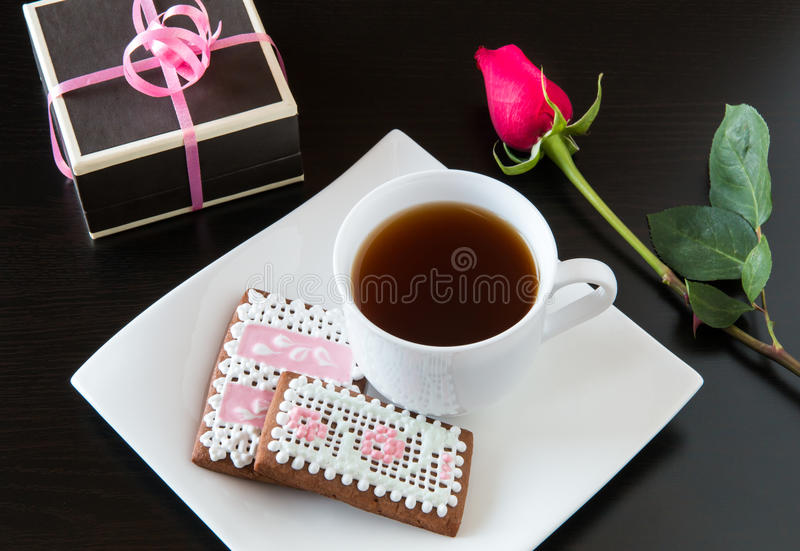 Biscuits de pain d'épice et tasse faits maison de thé avec le cadeau. photo stock