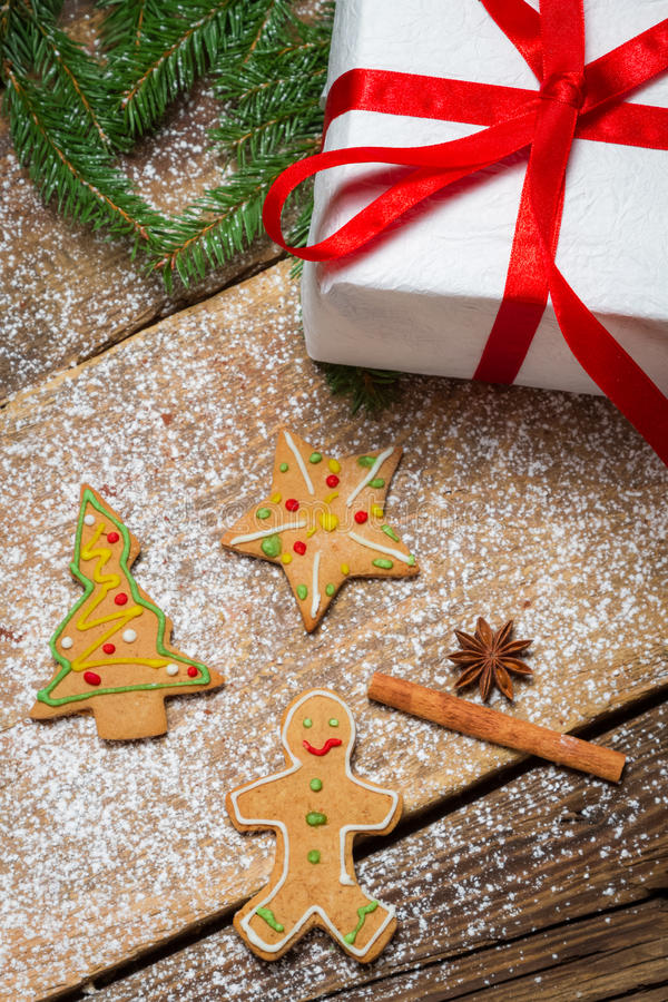 Biscuits de pain d'épice et un petit cadeau pour Noël photos libres de droits