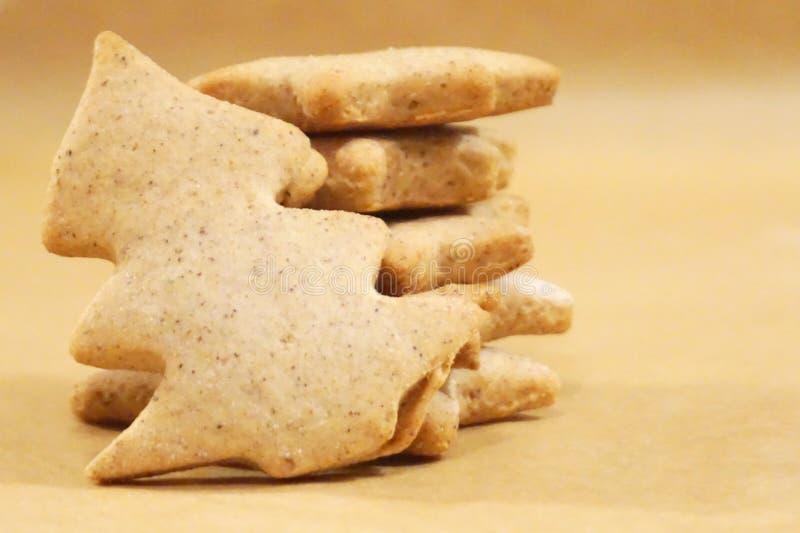 Biscuits de pain d'épice de Noël avec un dans la forme de l'arbre de Noël dans l'avant photos libres de droits