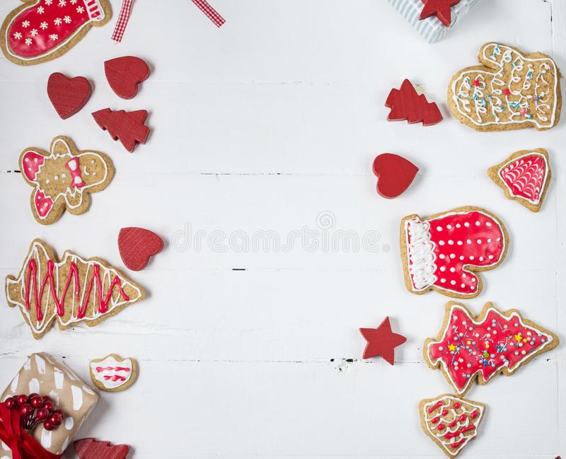 Biscuits de pain d'épice de Noël sur la table en bois blanche Vue supérieure photographie stock