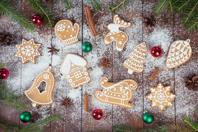 Biscuits de pain d'épice de Noël sur les conseils en bois photos stock
