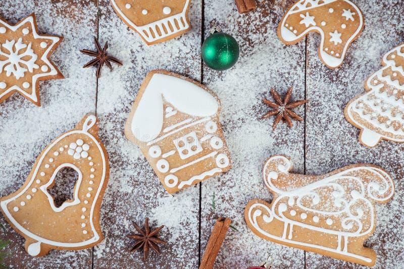 Biscuits de pain d'épice de Noël sur les conseils en bois image stock