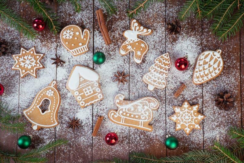 Biscuits de pain d'épice de Noël sur les conseils en bois images libres de droits