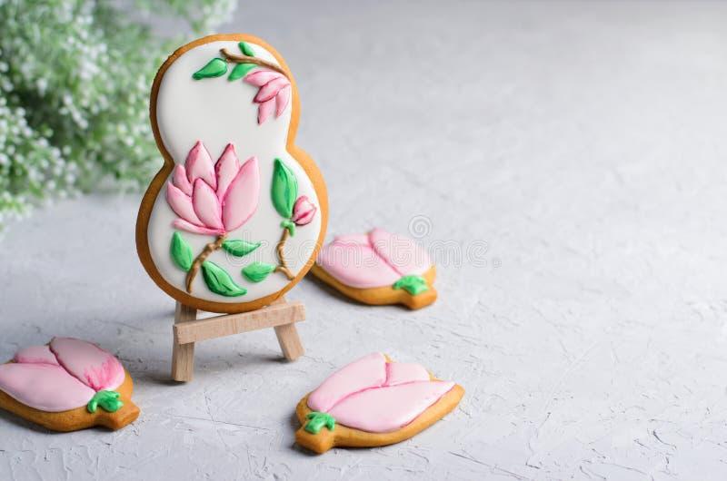 Biscuits de pain d'épice pour le 8 mars, le jour des femmes, biscuits faits main avec Sugar Icing image libre de droits