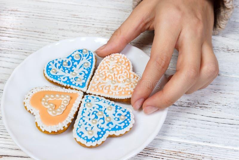 Biscuits de prise de mains sous la forme de coeur photo libre de droits