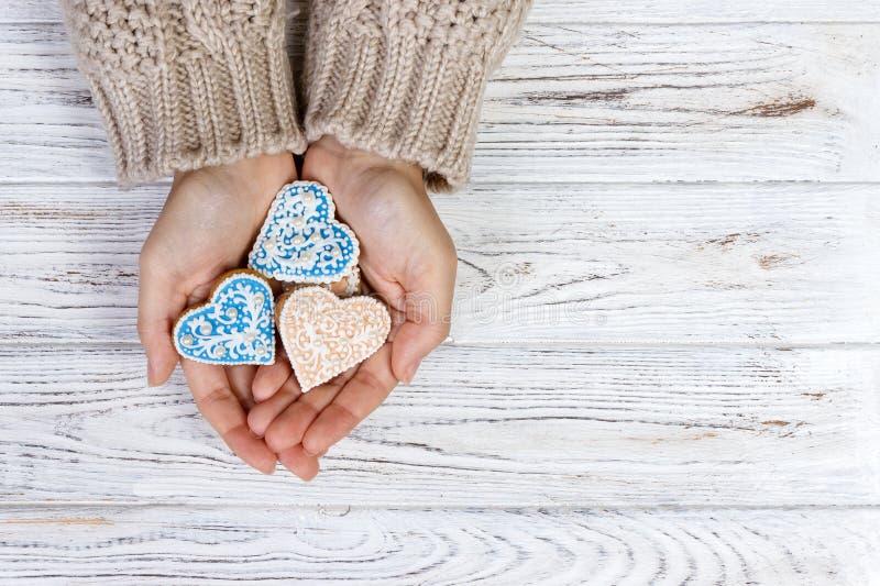 Biscuits de prise de mains sous la forme de coeur image libre de droits