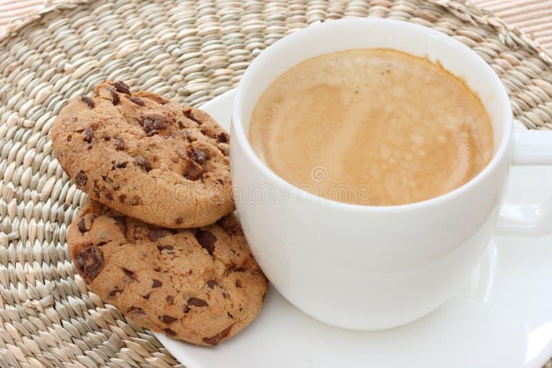 Biscuits de puce de chocolat sur la soucoupe avec du café images libres de droits