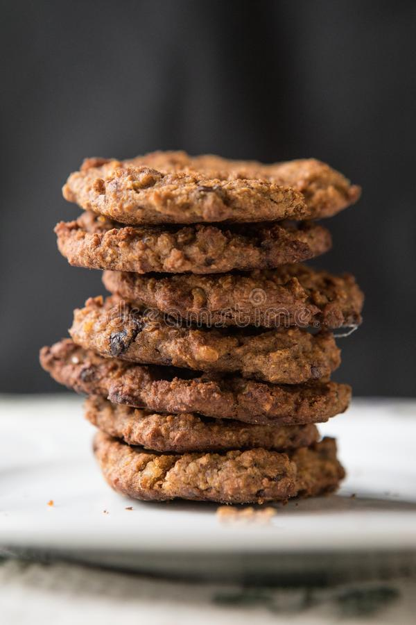 Biscuits de raisin sec élégants de farine d'avoine photographie stock libre de droits