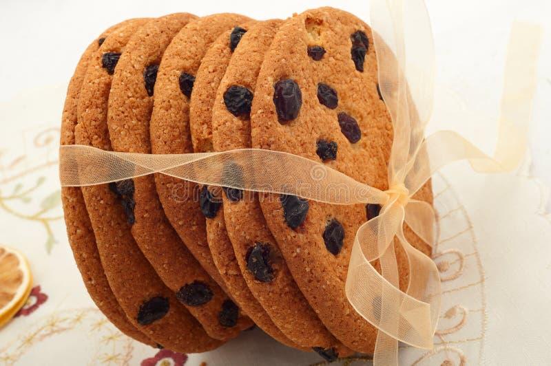 Biscuits de raisin sec avec le ruban doré images stock