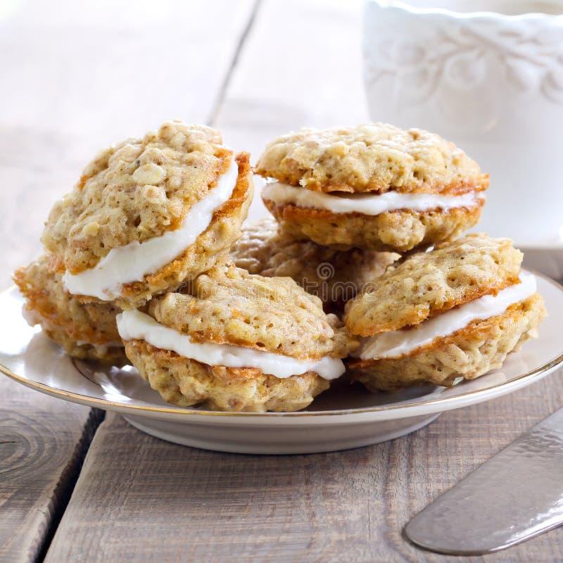Biscuits de sandwich à avoine avec le remplissage crème images stock
