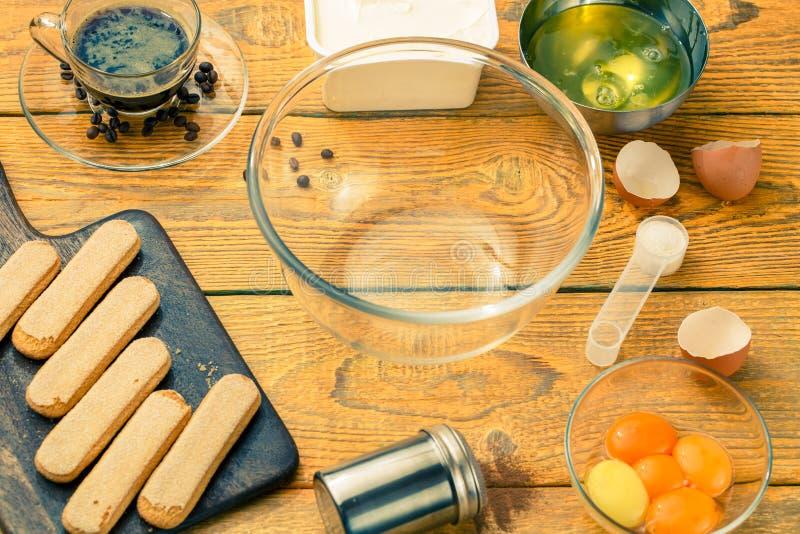 Biscuits de savoyardi de photo sur la planche à découper images stock