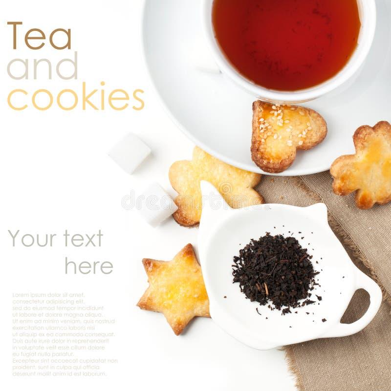 Biscuits de sucre avec le thé noir photos libres de droits