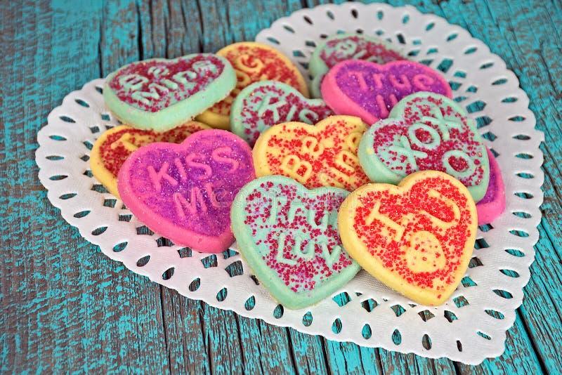 Biscuits de sucre de coeur sur le napperon de dentelle photographie stock