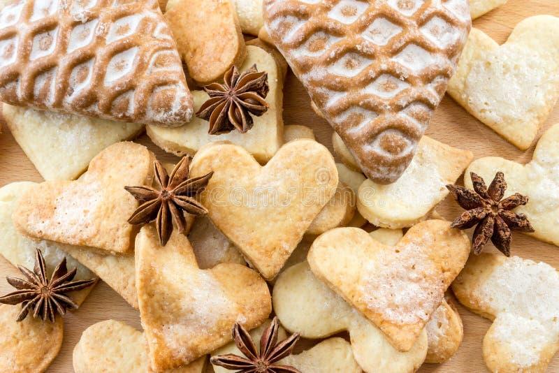 Biscuits de sucre formés par amoureux. Fond image stock