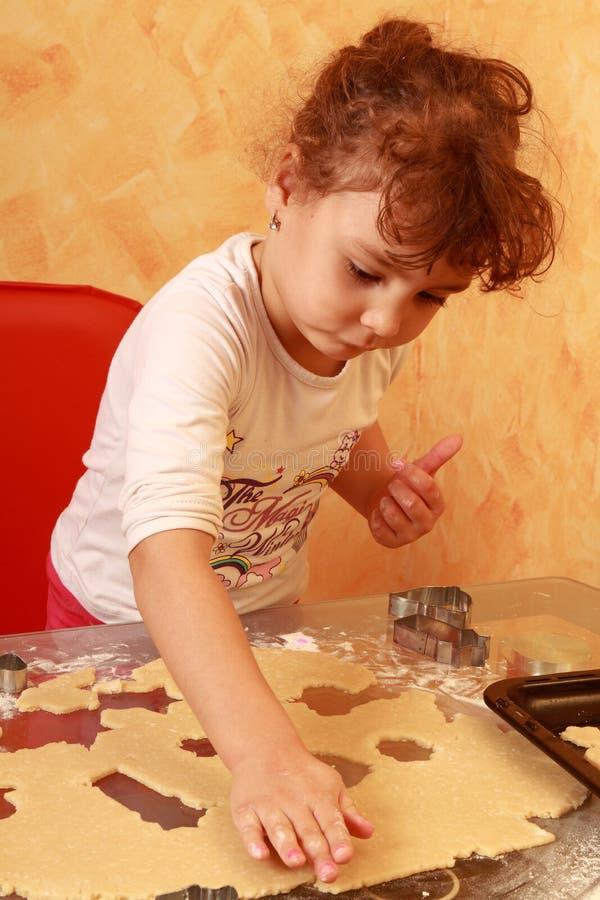 Biscuits de traitement au four d'enfant de Baker images libres de droits