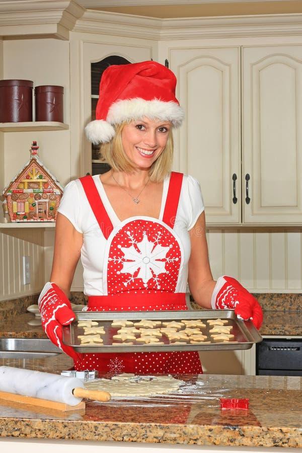 Biscuits de traitement au four de femme images stock