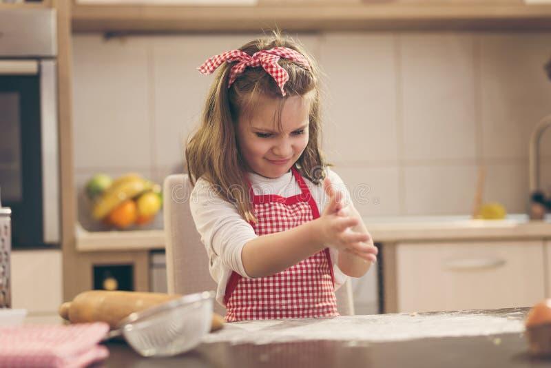 Biscuits de traitement au four de petite fille image libre de droits