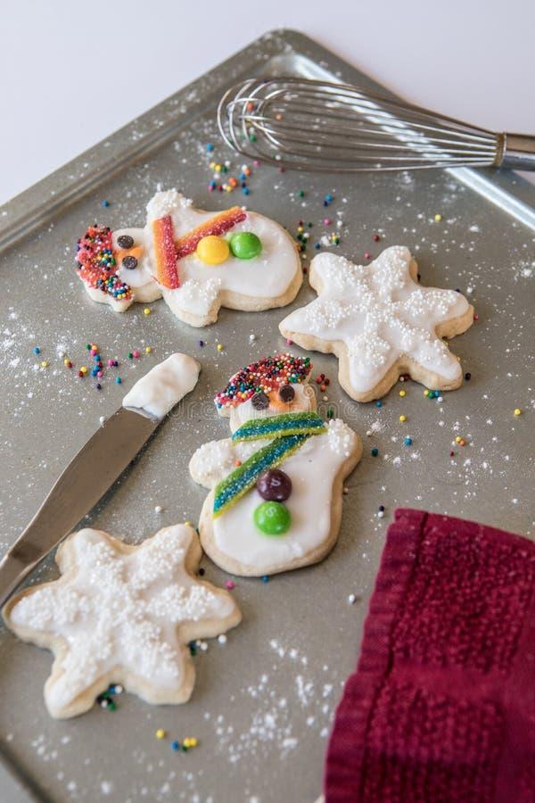 Biscuits de vacances sur une plaque de cuisson images stock