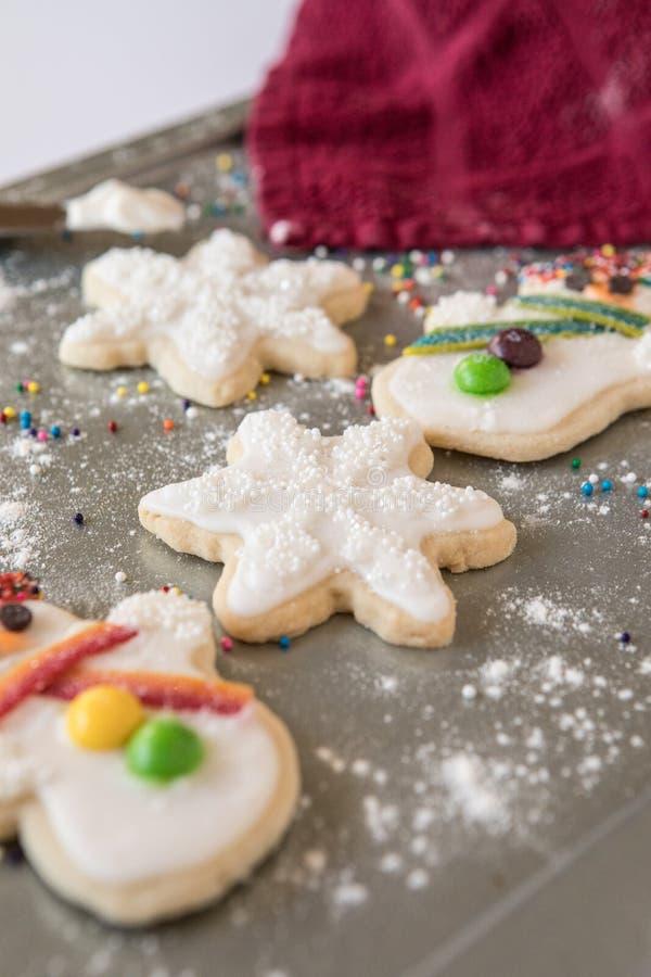 Biscuits de vacances sur une plaque de cuisson image libre de droits