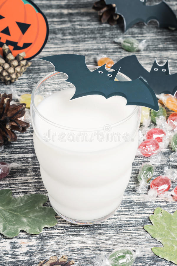 Biscuits de Veille de la toussaint avec une glace de lait photo libre de droits