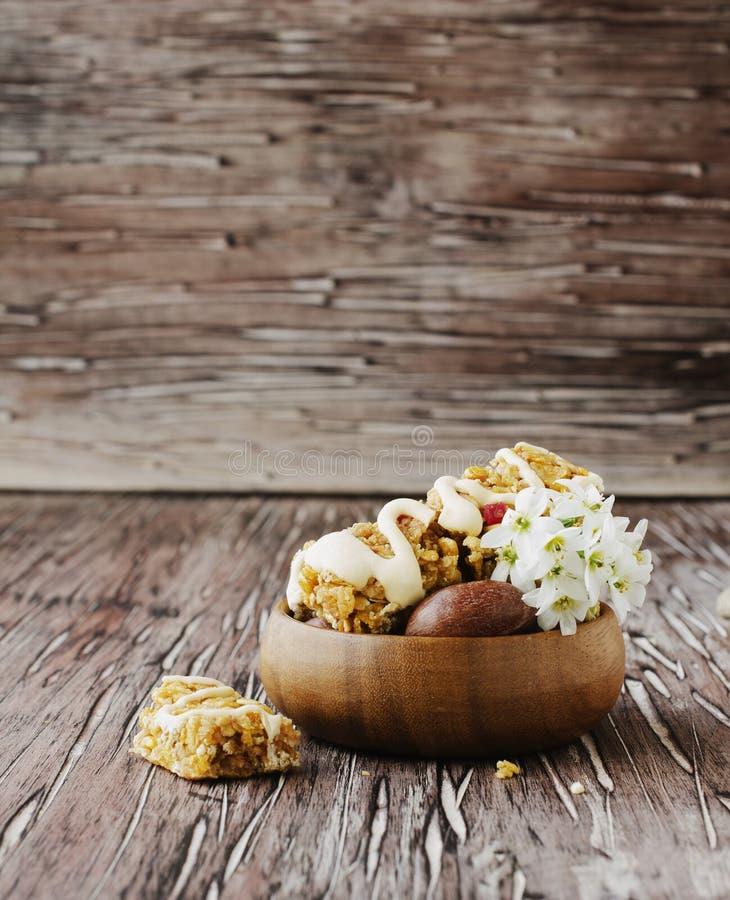 Biscuits des céréales avec le fruit et les écrous image libre de droits