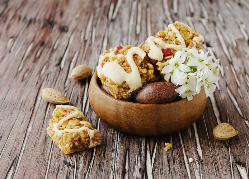 Biscuits des céréales avec le fruit et les écrous photographie stock libre de droits