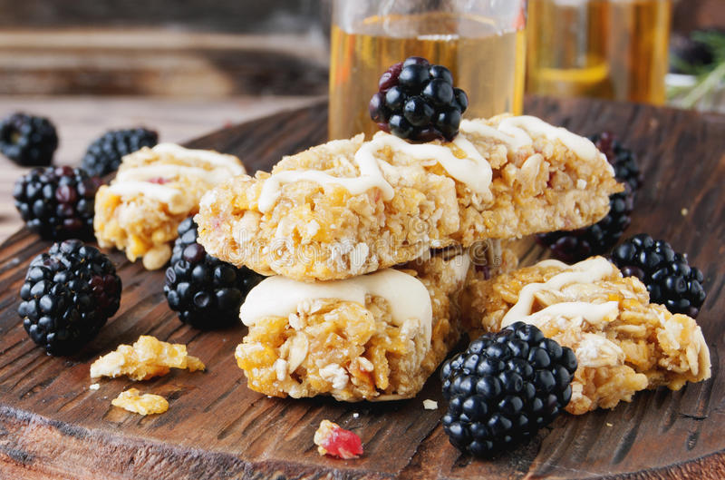 Biscuits des céréales avec le fruit et les baies images stock