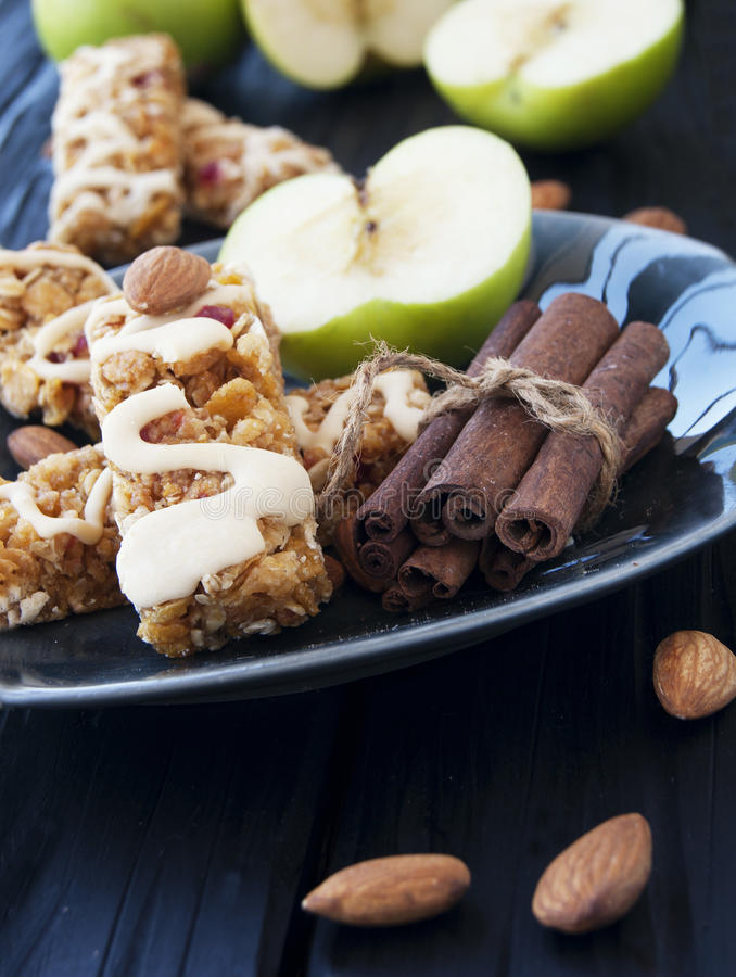 Biscuits des céréales avec le fruit et les baies photo libre de droits