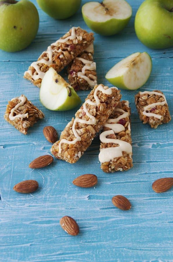 Biscuits des céréales avec le fruit et les baies photo stock