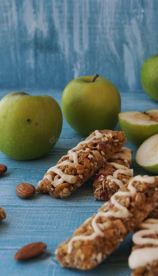 Biscuits des céréales avec le fruit et les baies image libre de droits