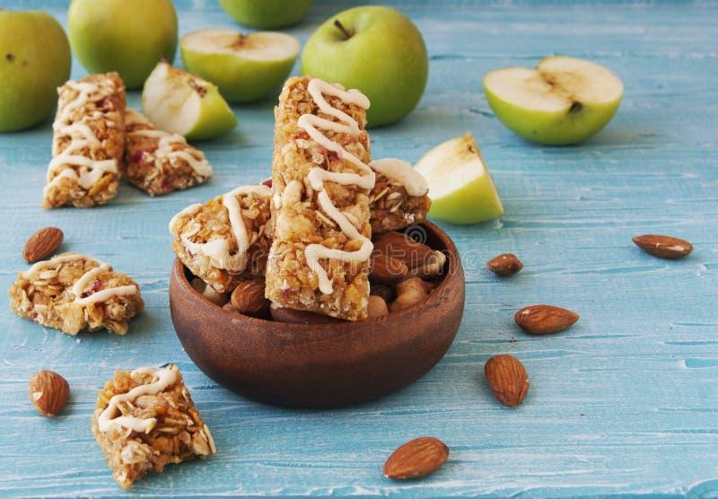 Biscuits des céréales avec le fruit et les baies photos stock