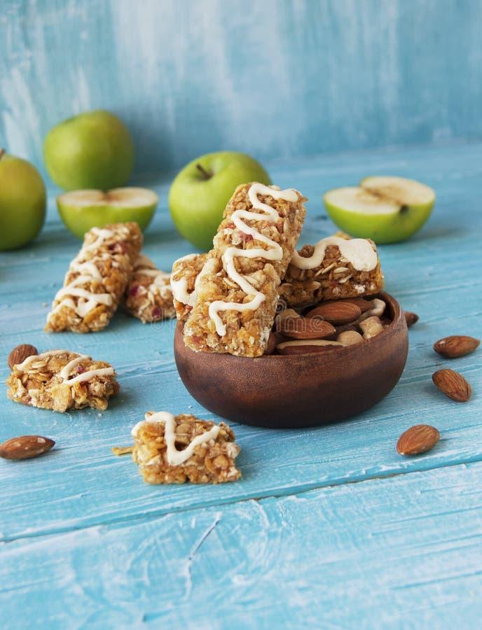 Biscuits des céréales avec le fruit et les baies image stock