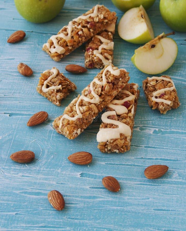 Biscuits des céréales avec le fruit et les baies photographie stock