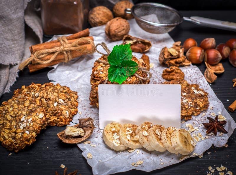 Biscuits des flocons et des écrous d'avoine images stock