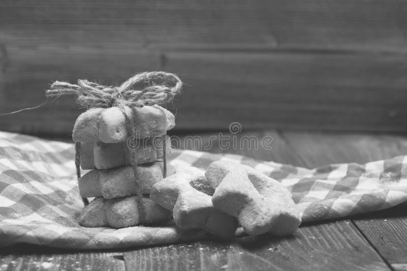 Biscuits en forme d'étoile attachés en pyramide sur le tissu rouge photos libres de droits