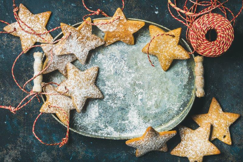 Biscuits en forme d'étoile de pain d'épice de vacances de Noël dans le plateau en métal image stock