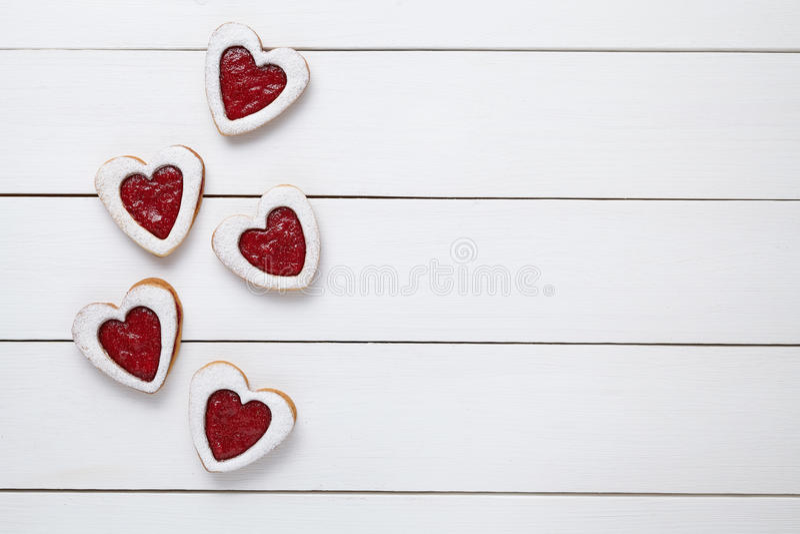 Biscuits en forme de coeur avec la confiture pour le jour de valentines sur le fond en bois blanc photos libres de droits
