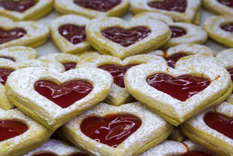 Biscuits en forme de coeur avec le bourrage photos stock