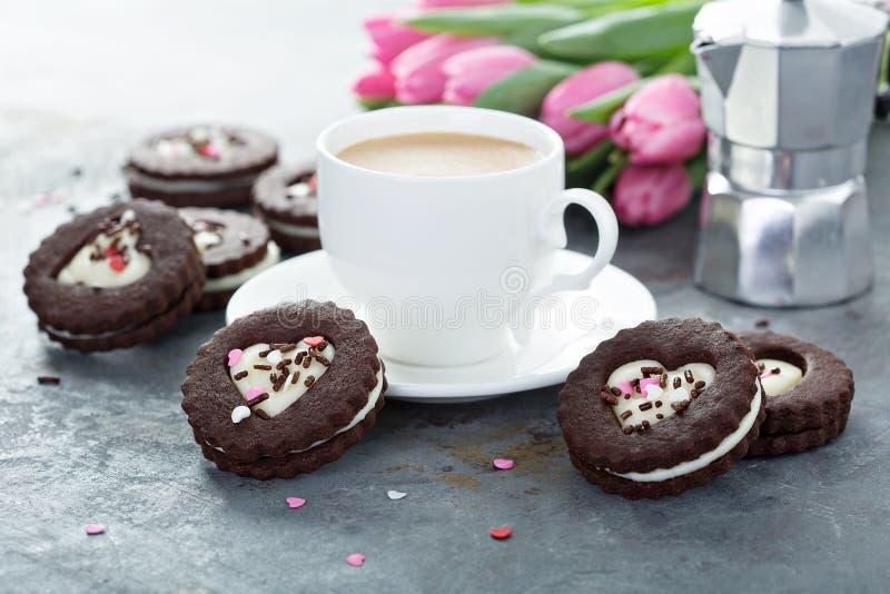 Biscuits en forme de coeur de chocolat avec le remplissage crème photographie stock libre de droits