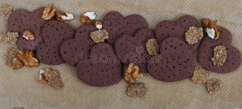 Biscuits en forme de coeur crus, pâte crue et coupeur en forme de coeur de biscuit Vue supérieure Image carrée drapeau photographie stock