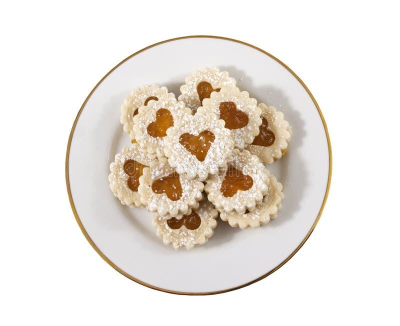 Biscuits en forme de coeur d'une plaque blanche photographie stock libre de droits