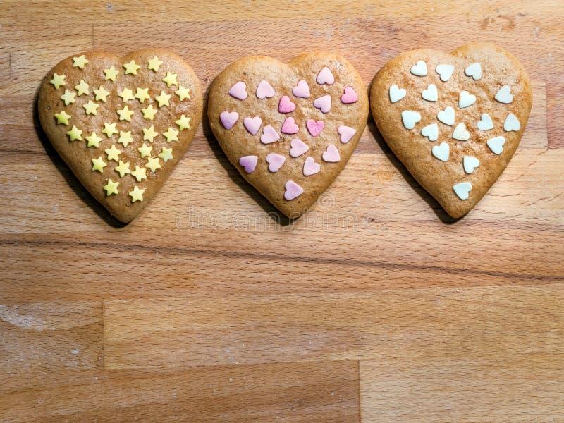 Biscuits en forme de coeur de pain d'épice de Noël photographie stock