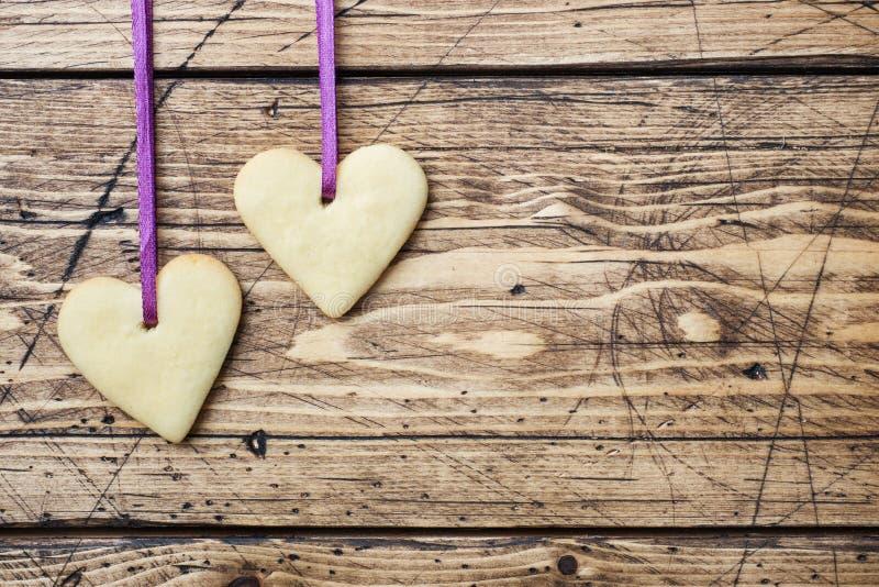 Biscuits en forme de coeur pour le jour de valentine sur le fond en bois Copiez l'espace image libre de droits