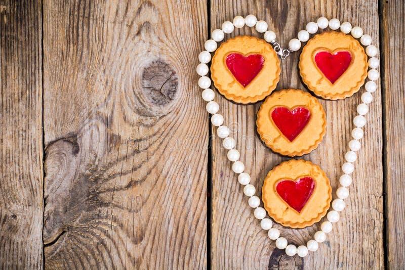 Biscuits en forme de coeur sur la table en bois photos stock